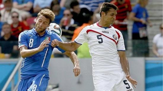 Celso Borges disputa bola com Marchisio durante a partida contra a Itália