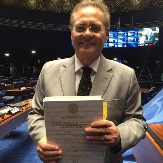 Renan com os autos do impeachment de Collor