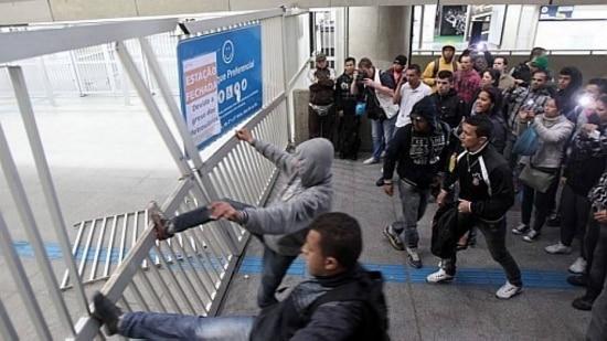 Passageiros tentaram bloquear a passagem de trens da CPTM e a estação ficou fechada até as 7h40