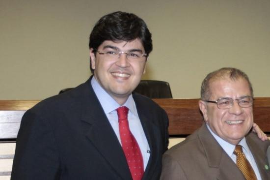 O empresário brasiliense Benedito Rodrigues Neto (à esquerda/terno escuro e gravata vermelha), acompanhado do pai, Romeu José de Oliveira