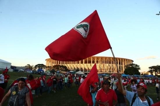 Movimentos que apoiam a presidente Dilma Rousseff acampam no estacionamento do Estadio Mané Garrincha