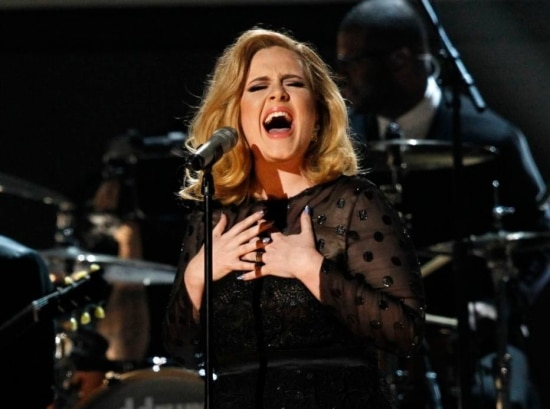 Adele cantando 'Rolling in the Deep', no Grammy, em 2012.
