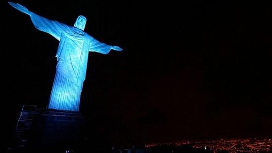 Cristo é iluminado de azul contra tráfico de pessoas no mundo