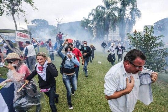 Confrontos entre a PM e professores no Paraná deixam feridos