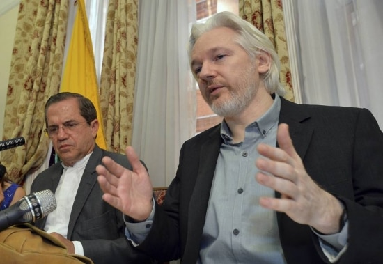 Julian Assange e o chanceler do Equador, Ricardo Patiño, na embaixada de Londres