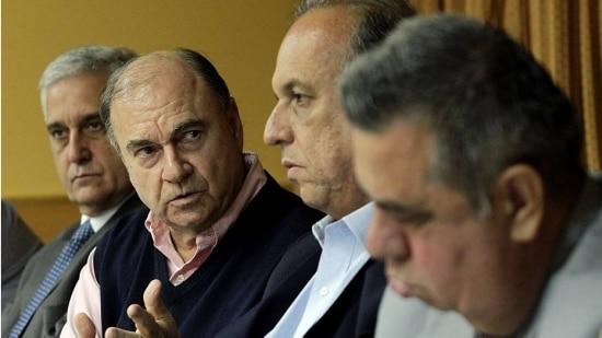 Cesar Maia, do DEM, o governador do Rio de Janeiro, Luiz Fernando Pezão, do PMDB, anunciam aliança