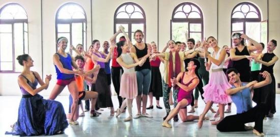 Ensaio. Marcia Haydée (de echarpe) e bailarinos