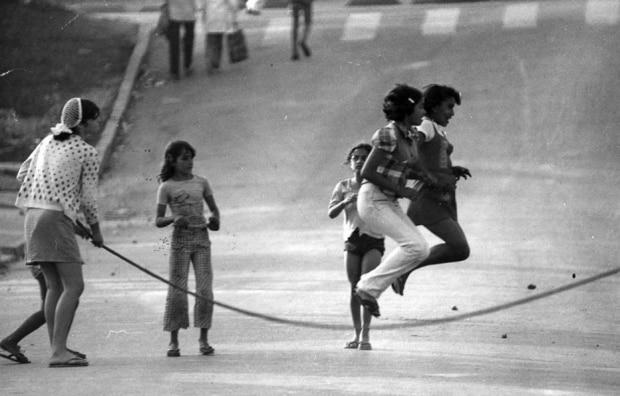Pula corda em Rua de Lazer na década de 70. Foto: Acervo Estadão.