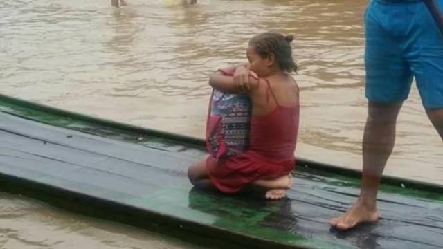 Rivânia, 8, optou por salvar o que tinha de mais importante durante enchente: seus livros