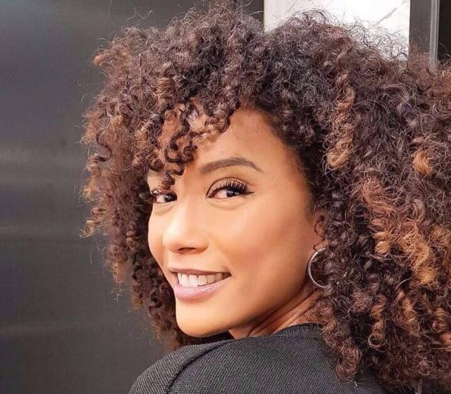 A atriz Taís Araújo já aderiu a tendência da franja cacheada