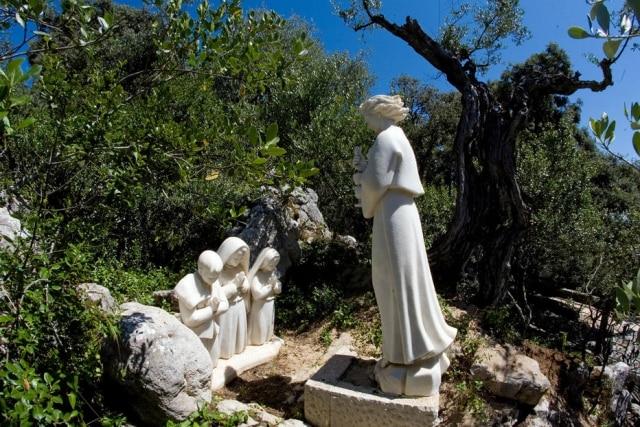 A Via Sacra passa pelas estátuas das três crianças e do anjo que apareceu a elas antes da santa