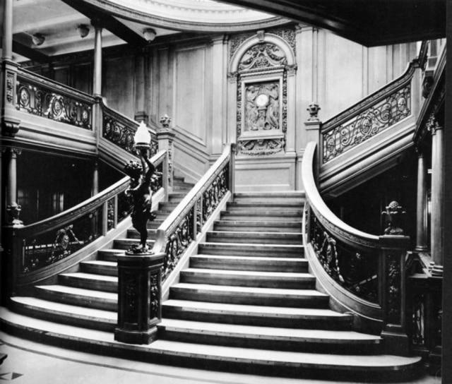 A grande escada do hall central do Titanic em imagem original.