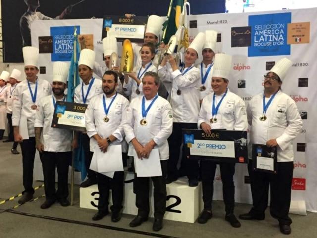 Os vencedores da etapa latino-americana do Bocuse D'Or. Em primeiro lugar, a brasileira Giovanna Grossi. Na frente, à direita, Laurent Suaudeau, presidente da delegação brasileira.