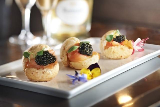 De luxo:o restaurante Auberge du Lyon D'Or, uma estrela no Guia Michelin, serve pão de queijo com salmão, caviar e champagne.