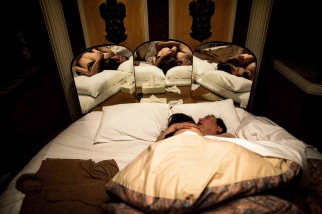 Senji Nakajima dorme abraçado com sua boneca Saori em um hotel