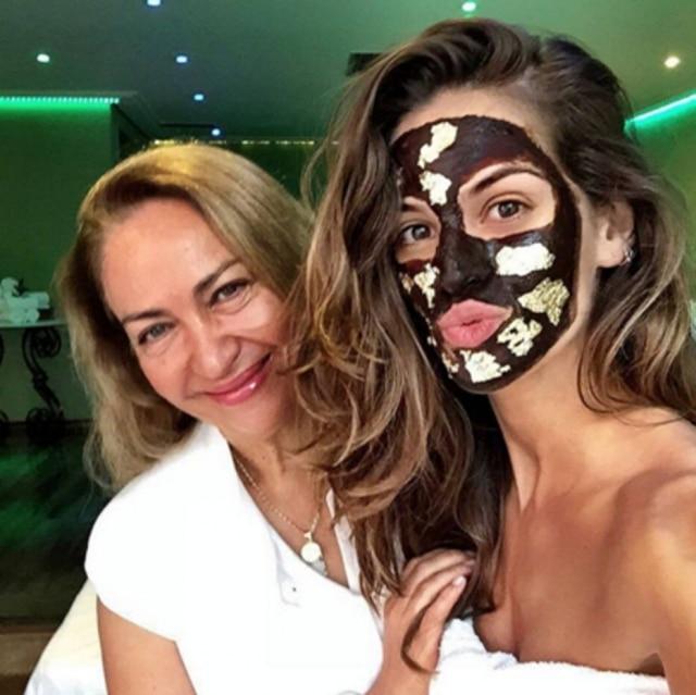 Roseli Siqueira com a top Izabel Goulart em tratamento estético