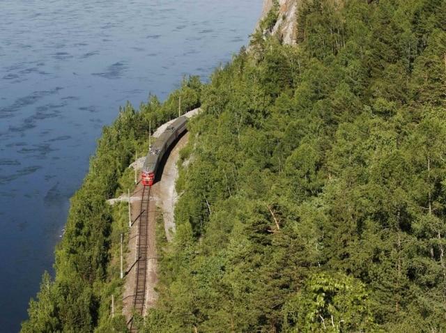 Trem passa na área da cidade deKrasnoyarsk, na Sibéria