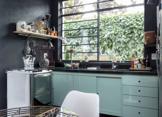 Na cozinha do arquiteto Júnior Zangari, escorredor de pratos vertical, fruteira e potes da Collector 55