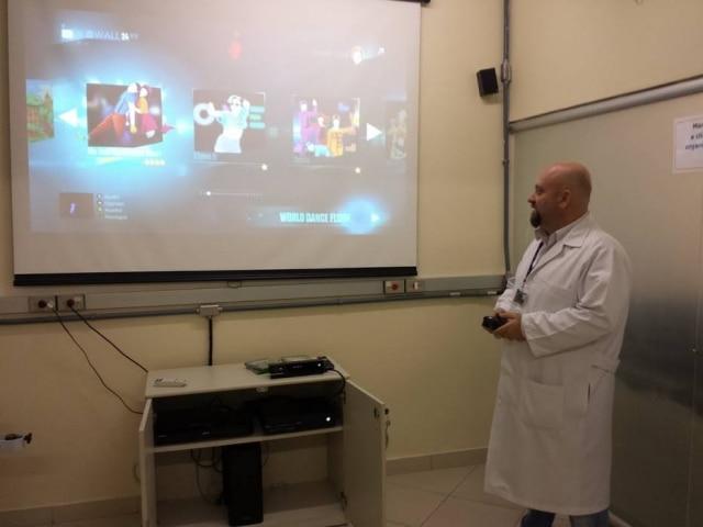 Especialista demonstra Just Dance, um dos jogos usados na gameterapia