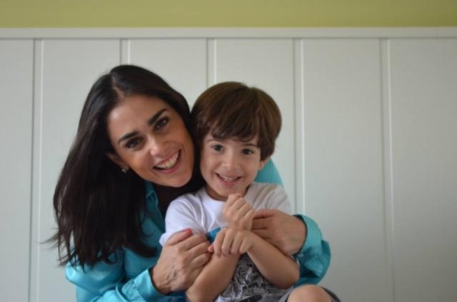 Rita Lisauskas, autora do 'Mãe sem Manual', e seu filho.
