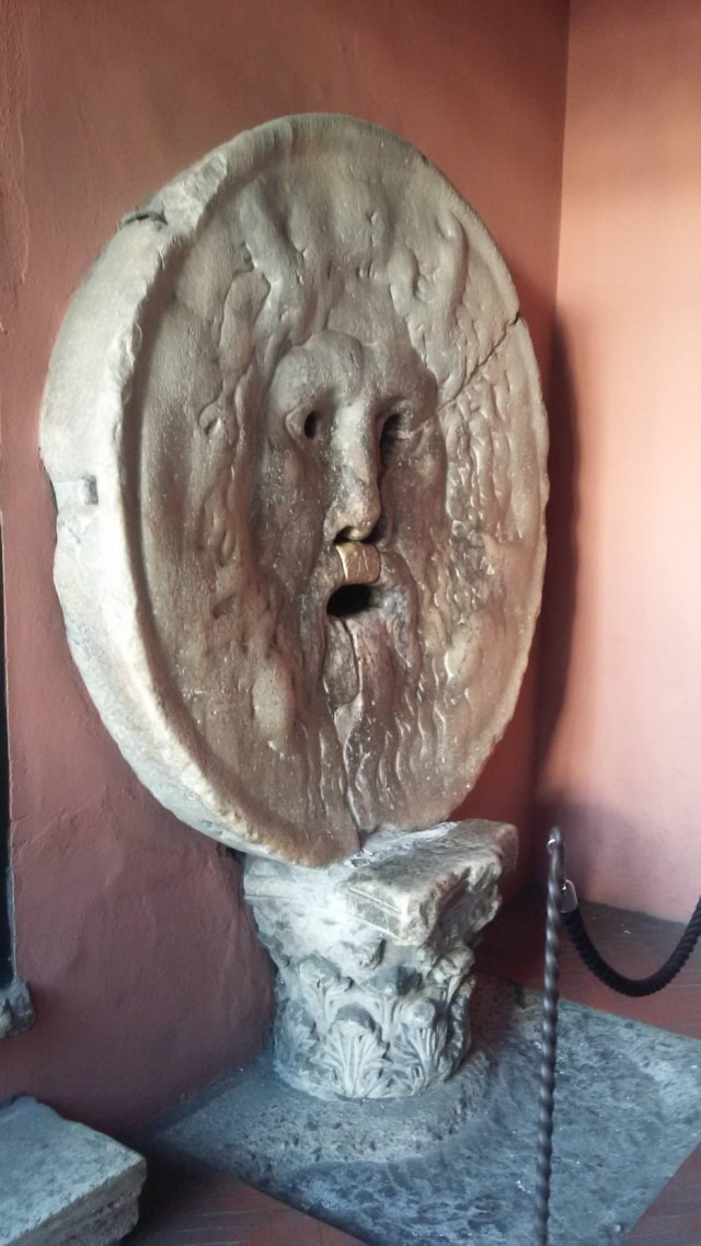La Bocca della Verità: diz a lenda que quem mentia tinha a mão decepada pela boca