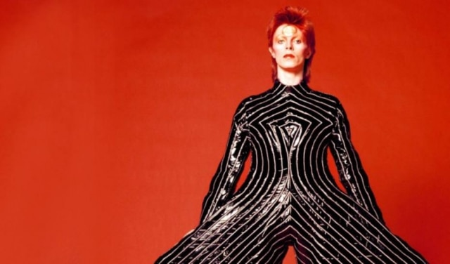 O macacão usado por Bowie em na turnê de Aladdin Sane em 1973faz parteda mostraDavid Bowie Is, com mais 300 objetos de sua carreira