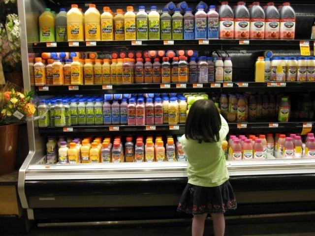 Muitos pais acreditam que bebidas com grande quantidade de açúcar, particularmente sucos de frutas, bebidas esportivas e água aromatizada, são opções saudáveis para as crianças