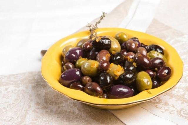 Umprato de azeitonas é um ótimo petisco. Com esse truque, elas ficam ainda mais interessantes e saborosas.