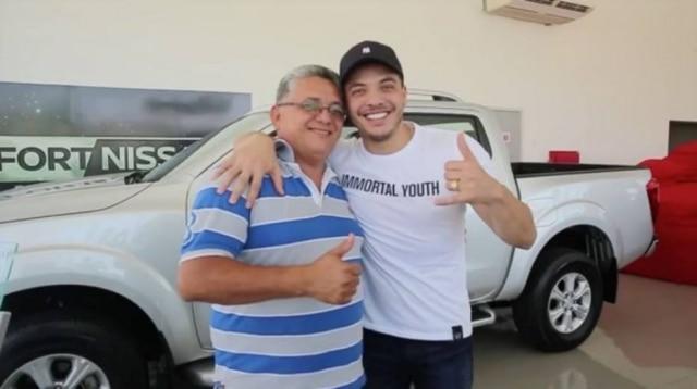 'Lembrancinha': Wesley Safadão deu uma caminhonete de mais deR$ 160 mil para o pai