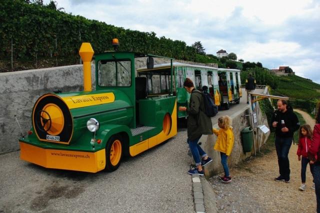 Lavaux Express:O trenzinho amarelo percorre as vinícolas, com parada para degustação