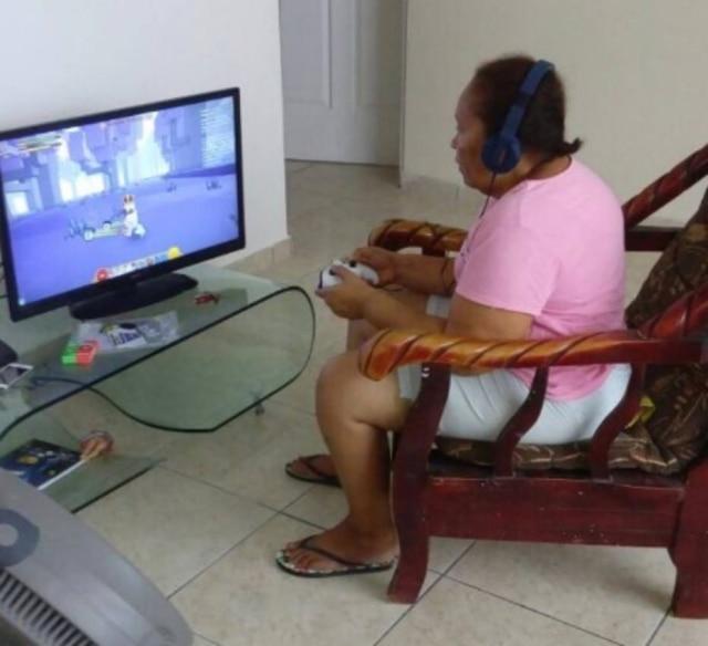 Após ganhar videogame, ela até deixou de ir a igreja para jogar Minecraft.
