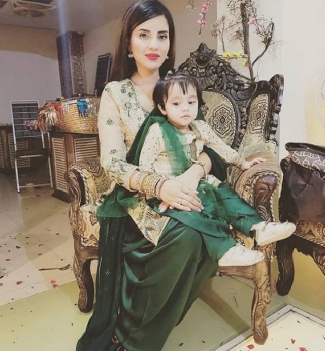 A jornalista paquistanesa Kiran Naz levou sua filha ao estúdio onde apresenta um telejornal para protestar a morte de uma criança