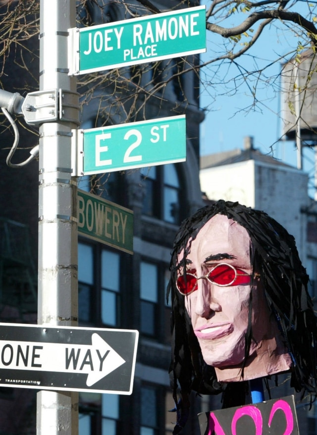 A poucos passos do antigo CBGB, a esquina da Second Street e da Bowery homenageia, desde 2003, o vocalista do Ramones, morto em 2001.