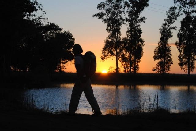 Peregrino cruza o Caminho das Missõesa caminho de Santo Ângelo, no Rio Grande do Sul