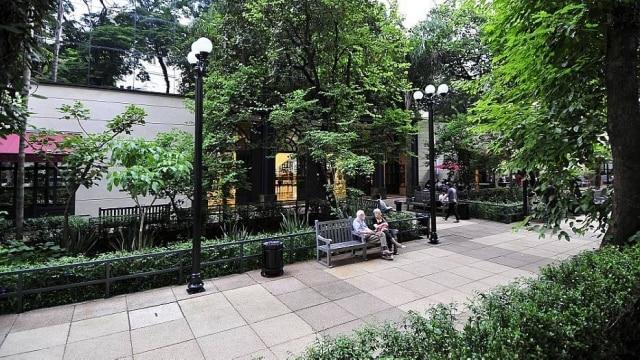 Boulevard do shopping Higienópolis, rodeado por áreas verdes