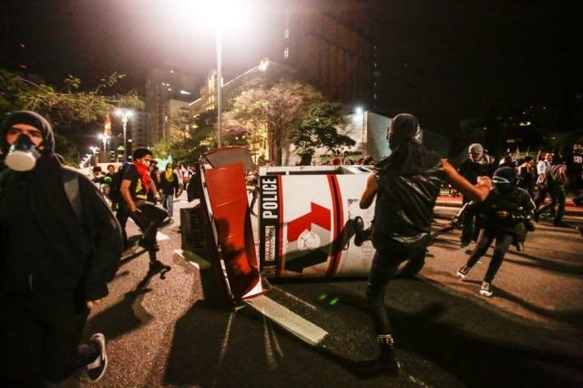 Vândalos destroem base da PM na Avenida Paulista
