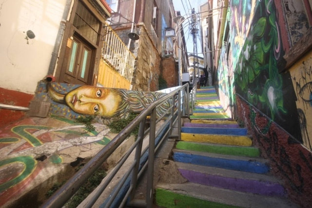 Uma das muitas escadarias coloridas coloridas por grafites emValparaiso.