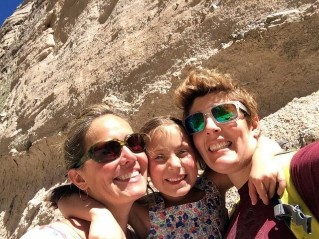 Em uma viagem ao Novo México, em outubro de 2014(da esquerda para a direita) Sarah Hansen, Willa Hansen-Kohn, e Sally Kohn