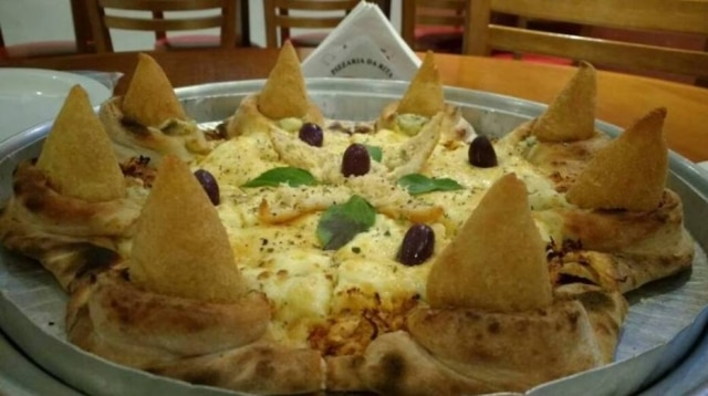 Nada de requeijão ou qualquer tipo de queijo; a moda agora é rechear a borda da pizza com coxinha