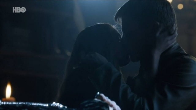 Por ter mudado o sentido original do livro, a cena de Jaime e Cersei no funeral de Joffrey trouxe a ira dos fãs.