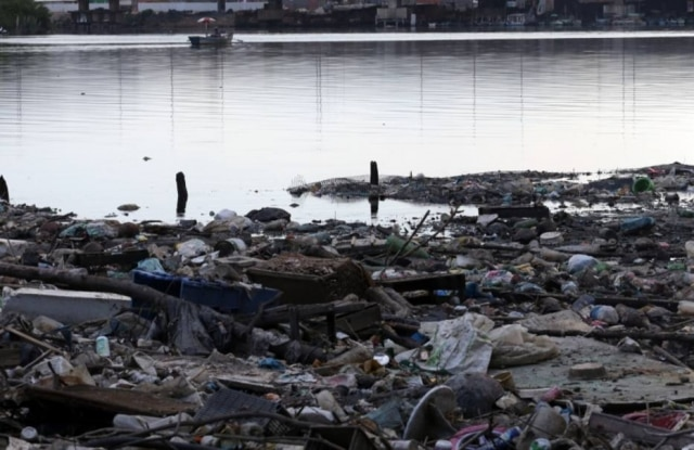 De outros pontos do Rio também se pode ver a sujeira da Baía de Guanabara. Na foto, o Canal do Cunha cheio de lixo na Ilha do Fundão, zona norte do Rio