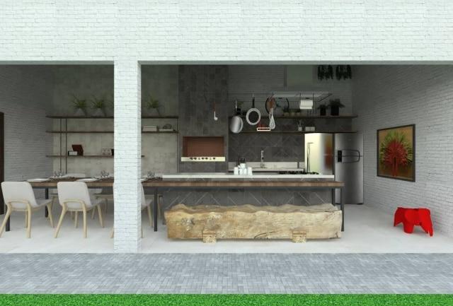 Configuração da área externa proposta pelos arquitetos envolve melhor aproveitamento da mesa com cadeiras e bancos e revestimento de porcelanato para simples manutenção