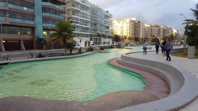 Praça das Águas, na orla daPraia do Forte,tem iluminação cromática