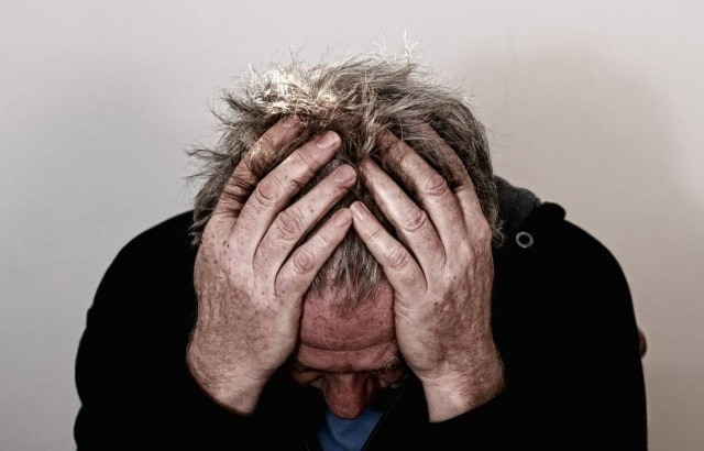 Dor de cabeça tensionalé a que se assemelha a uma pressão ou aperto de intensidade fraca a moderada, que aparece nos lados da cabeça de forma recorrente