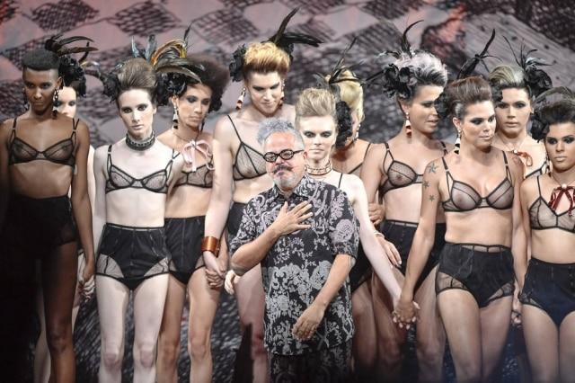 Ronaldo Fraga apresentou desfile-manifesto com apenas mulheres trans na passarela
