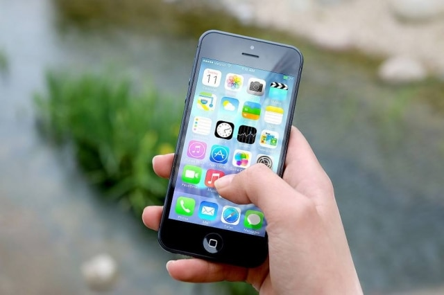 Estudos mostram que brasileiros estão cada vez mais tempo na frente dos celulares e computadores; casos de problemas oculares relacionados a isso também têm crescido