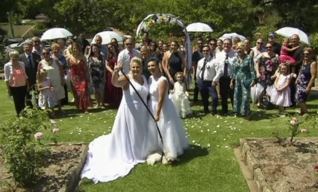 Lauren Price e Amy Laker são as primeiras homossexuais a se casarem após legalização do casamento entre pessoas do mesmo sexo na Austrália.