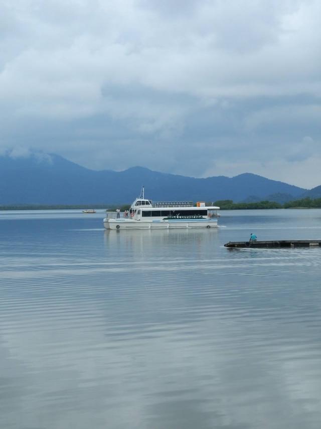O catamarã Maratayama navega pelo estuário na região do Lagamar.
