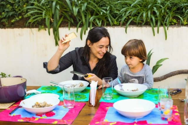 A chef do Clandestino Bel Coelho e seu filho Francisco, que ajuda a mãe a preparar as refeições em casa e também a cuidar da horta