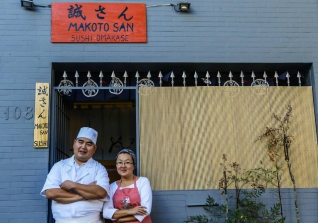 Makoto e sua mulher Edna em frente a fachada do novo Makoto